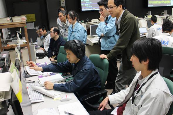 画像: 「はやぶさ2」イオンエンジン24時間連続自律運転中の管制室。『はやぶさ2』チームの全員がミッションに共感し、自分が何をすべきかを知っている(JAXA提供)