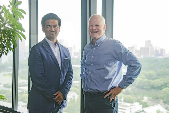 画像: Slack Japanカントリー・マネジャーの佐々木聖治氏(左)、アトラシアン日本法人社長のスチュアート・ハリントン氏