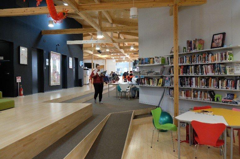 画像: 図書館を併設したオープンスペースでは授業も行われる