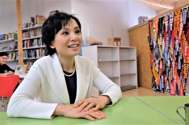 画像: 小林りん(こばやし・りん)ユナイテッド・ワールド・カレッジISAKジャパン代表理事。経団連から全額奨学金をうけて、カナダの全寮制高校に留学中、メキシコで圧倒的な貧困を目の当たりにする。その原体験から、大学では開発経済を学び、UNICEFプログラムオフィサーとしてフィリピンに駐在。ストリートチルドレンの非公式教育に携わるうち、リーダーシップ教育の必要性を痛感する。帰国後、6年の準備期間を経て、2014年に軽井沢で全寮制国際高校を開校。2017年には世界で17校目となるユナイテッド・ワールド・カレッジ(UWC) へ加盟し、現在の校名に改名。同校は80カ国以上から集まる生徒の7割に奨学金を給付している。1998年東京大学経済学部卒。2005年 スタンフォード大学 教育学部修士課程修了。12年 世界経済フォーラム「ヤング・グローバル・リーダーズ」選出。19年 Ernst & Young「EY アントレプレナー・オブ・ザ・イヤー 2019ジャパン 大賞」受賞