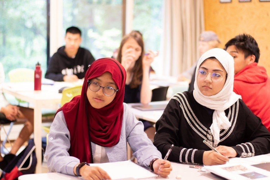 画像: イスラム教徒の生徒も学んでいる