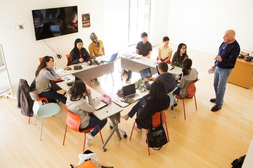 画像: 少人数で授業を受ける生徒たち