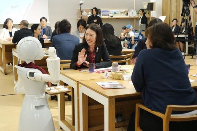 画像: 大型のORIHIME-Dと小型のORIHIMEはともに客と雑談を交わすなど接客をする(オープン初日の10月7日)