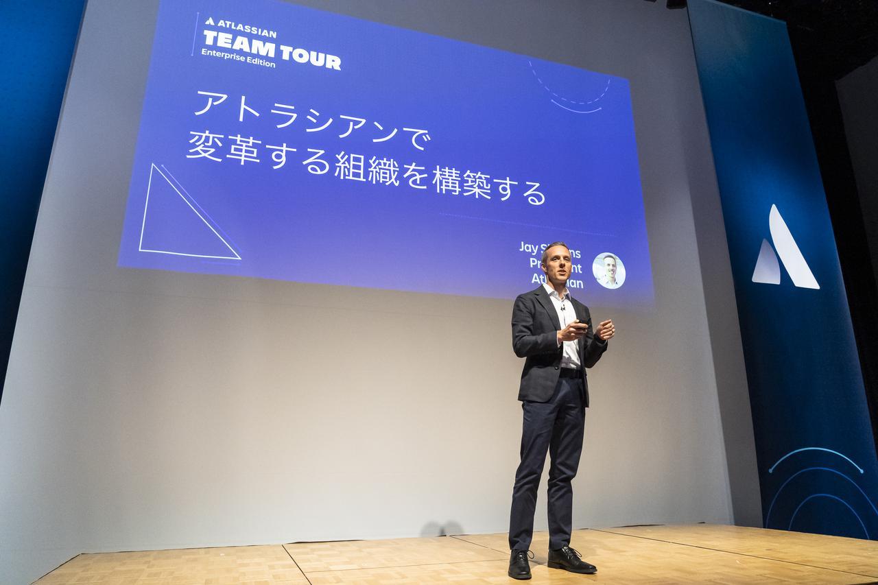 画像: ATLASSIAN TEAM TOUR TOKYOのオープニングキーノートでスピーカーを務めたサイモンズ。アトラシアン製品がどのように組織の変革に寄与するかを紹介。