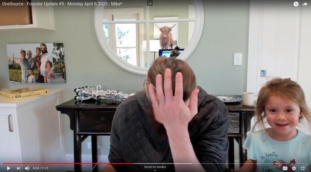 画像: 従業員に向けたメッセージ配信中のアトラシアン創業者(マイク)の部屋に乱入し、マイクの代わりに従業員を勇気づけたマイクの娘