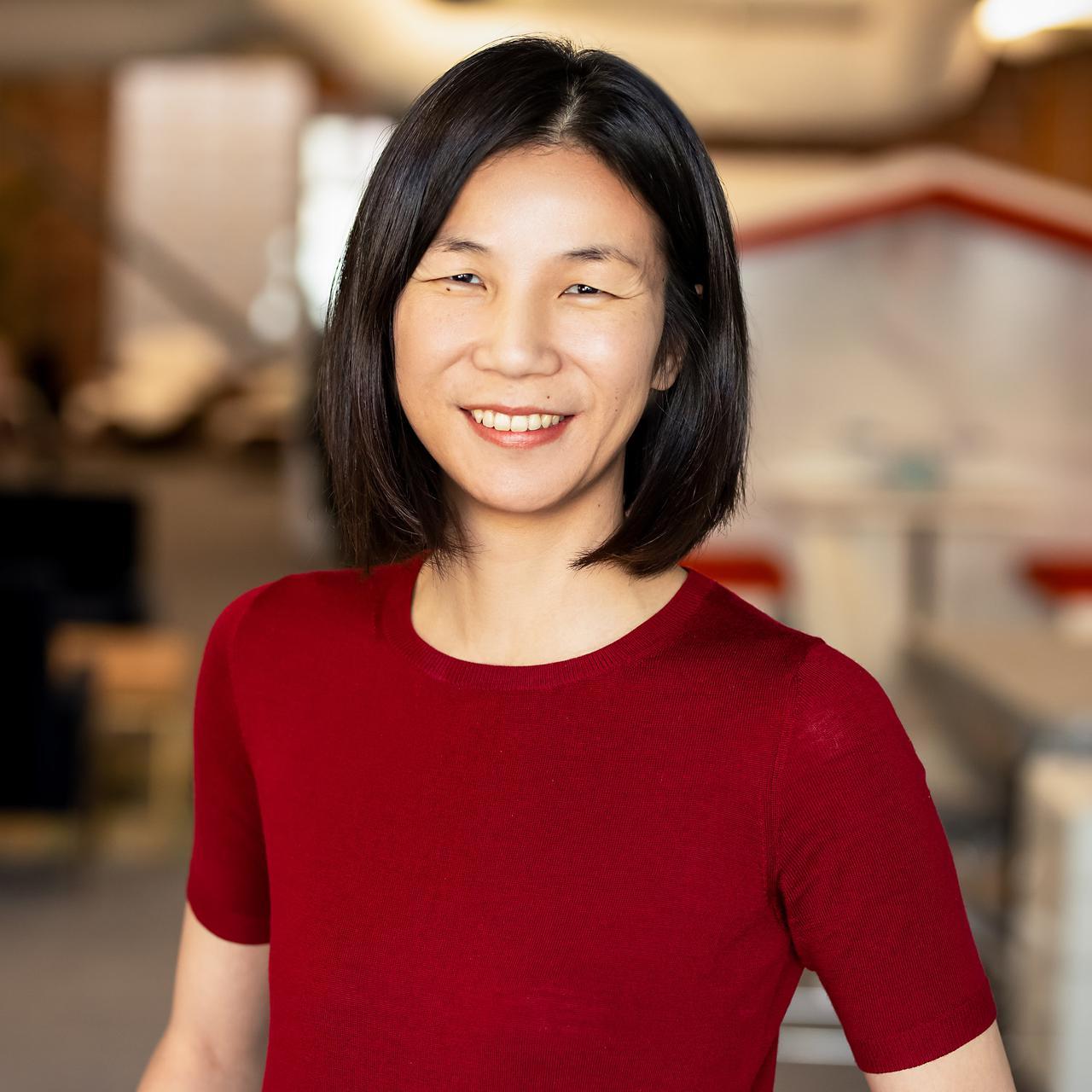 画像: Jeannie Yang カリフォルニア大学バークレー校学士(電気工学、情報工学)、修士課程修了(経営情報学)。20年以上にわたり、Yahoo!やSmuleを始めとする米国のデジタル企業で、最先端のソフトウェアエンジニアリングとプロダクト開発を経験。手掛けた分野は、ソーシャル、モバイル、メディア体験など多岐にわたる。2018年、スマートニュースのプロダクト担当シニア・ヴァイス・プレジデントに就任。月間2000万人以上が利用するアプリであるSmartNewsがプロダクトとして優れているか、未知のニュースが発見できるか、必要な情報が届けられているか、その全ての視点で開発を統括している。自ら特許を多数保有し、数個の学術論文も発表している、多才な存在である