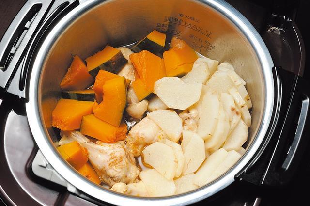 画像: 圧力調理の手羽元と野菜の黒酢煮は約30分で完成。また、150のオートメニューを備えるほか、マニュアルでも使用可能。