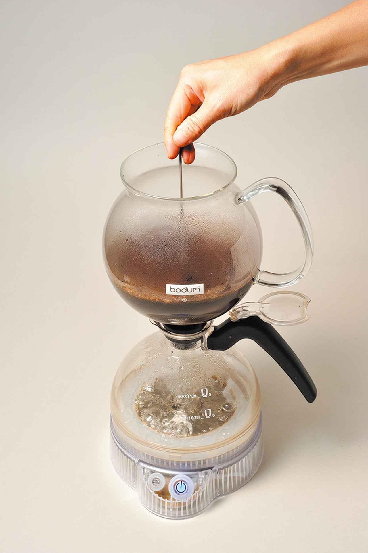 画像: お湯にコーヒー粉を入れてかき混ぜると、香りが一気に広がる。フィルターを使わないので、アロマとコクがしっかりと残ったコーヒーに仕上がる。