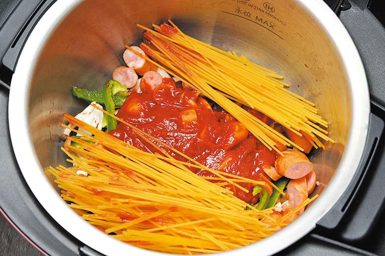 画像: 材料を切って調味料と一緒に鍋に入れるだけ。