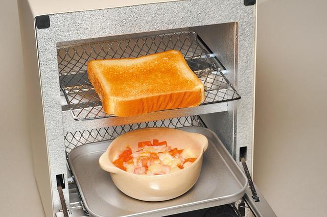 画像2: 幅24センチとコンパクトな2段式トースター。別メニューの加熱もOK