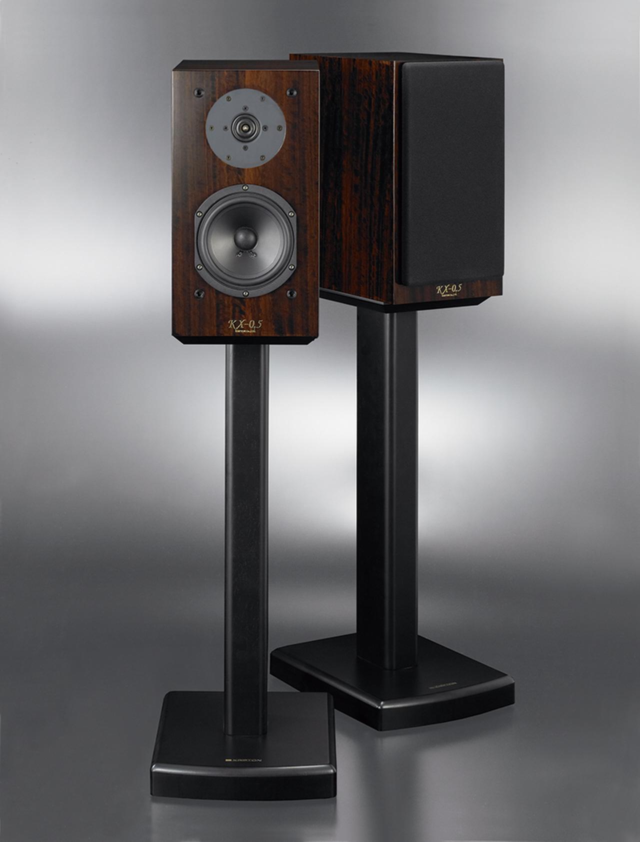 画像: ウーハーが小型化され、見た目のバランスも新しい。シックな木質が音のたたずまいにマッチしたハイCPモデルだ。写真のスタンド、SD-1は別売(4万5140円・ペア)。