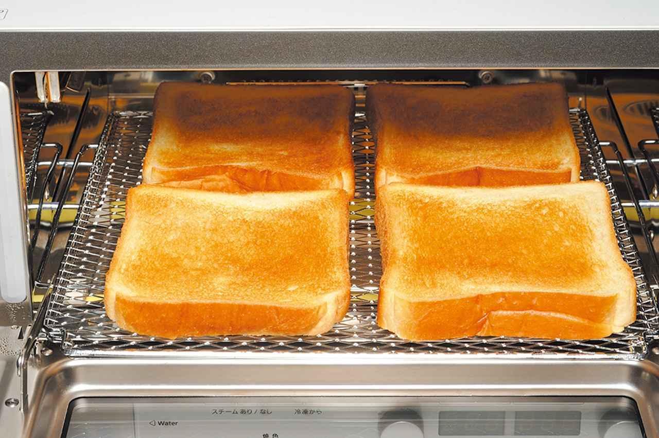 画像: トーストが4枚焼ける広い庫内。熱風効果で、表面は驚くほどサクサク&中はしっとりの焼き上がりになった。