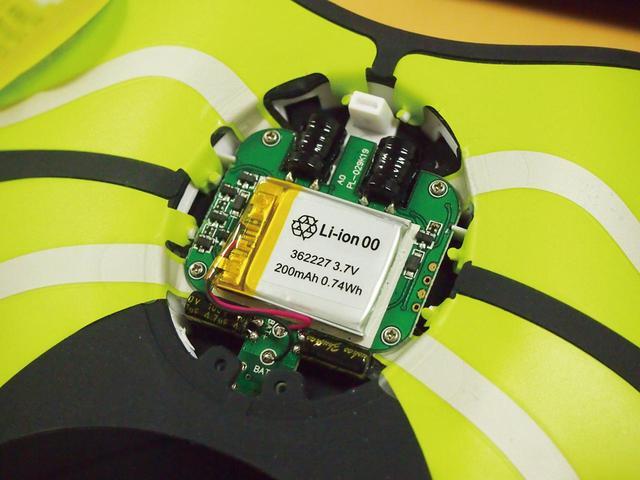 画像: 6極モデルに内蔵されるリチウムイオンバッテリーとコントロール回路。肌に密着するものだけに、発熱など、安全性には特に配慮している。