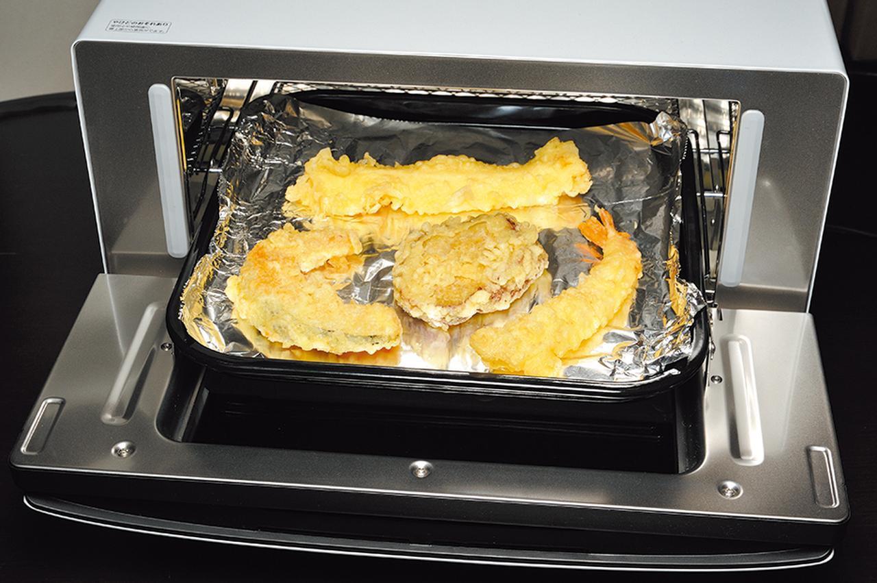 画像: スーパーで買ってきた天ぷらを、アルミホイルを敷いた上に並べて加熱。揚げ物の温め直しも得意だ。