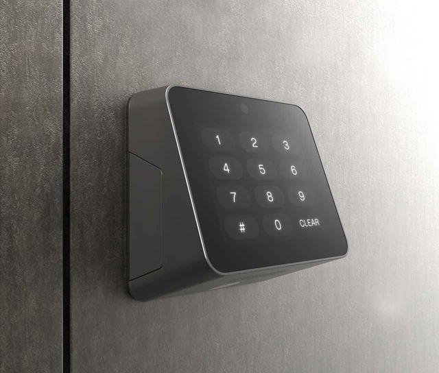 画像: ドアの外側にビスや両面テープで取り付けられる室外リーダー。数字キーが並び、数字認証によって鍵を開けることもできる。