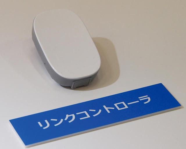 画像: 利用家庭にLIXILから提供されるホームコントローラー(上)とリンクコントローラー(下)。自宅のWi-Fiネットワークに接続する。