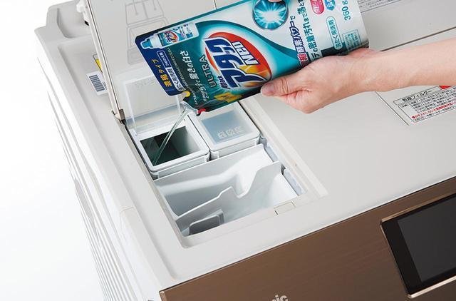 画像: 液体洗剤・柔軟剤の自動投入機能を搭載。洗濯のたびにキャップで液体洗剤の分量を量ったりする手間がなくなる。