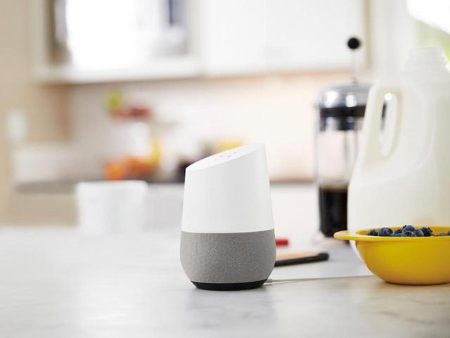 画像: Googleのスマートスピーカー「Google Home」。コンパクトな「Google Home mini」も用意されている。
