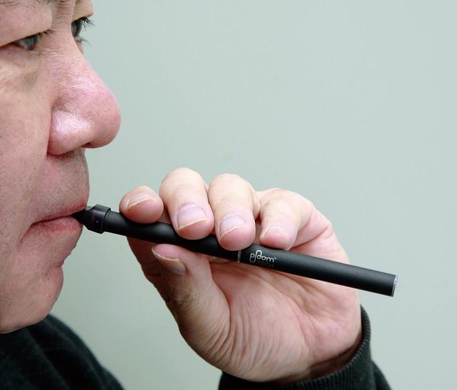 画像: 吸うときはこんな感じで口にくわえる(モデルは筆者)。