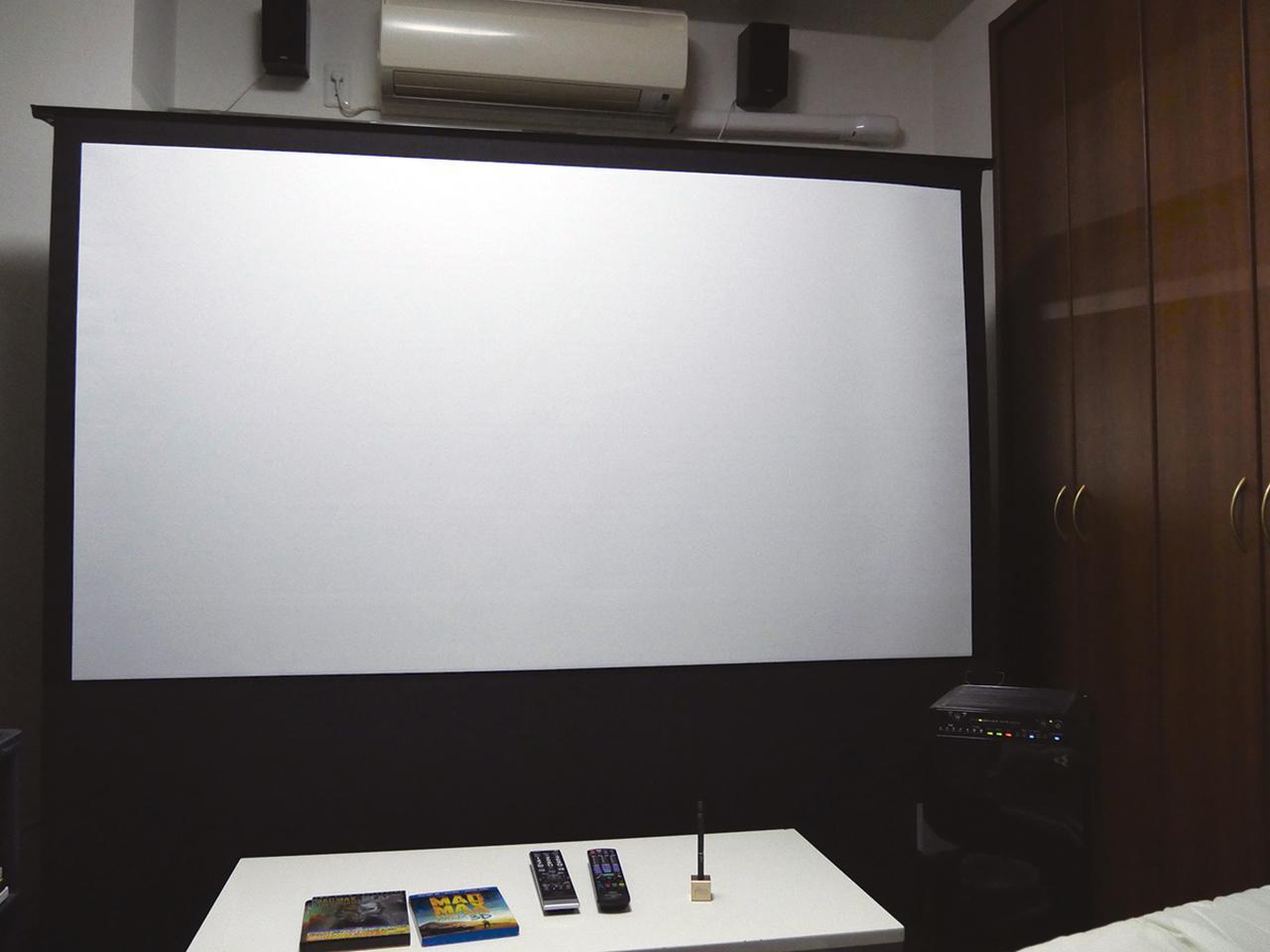 画像: Sの自宅のスクリーン(80インチ)。これまでは映写中に「禁煙」を貫いていたが、プルーム・テックなら気兼ねなく吸えるので、うれしい。