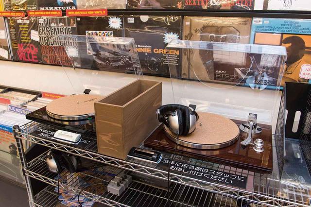画像: 店内の一角には試聴スペースが設けられており、すべての中古盤をセルフサービスで試聴できる。試聴を希望する場合は、カウンターのスタッフまでお気軽に。