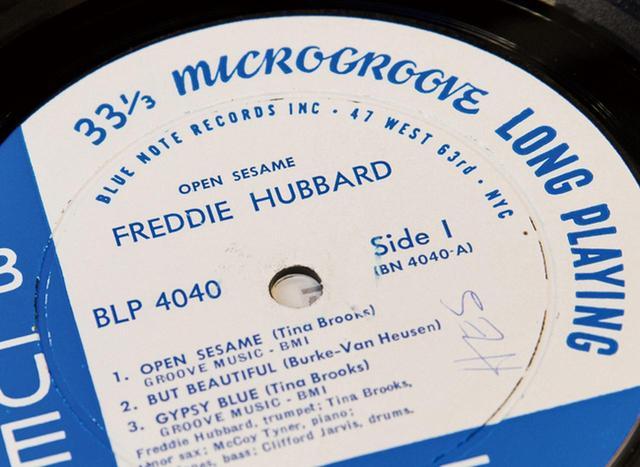 画像: 盤がプレスされた当時のレコード会社の住所(63rd)やラベルに刻まれた太い溝(DG=ディープ・グルーヴ)も価格を左右する。