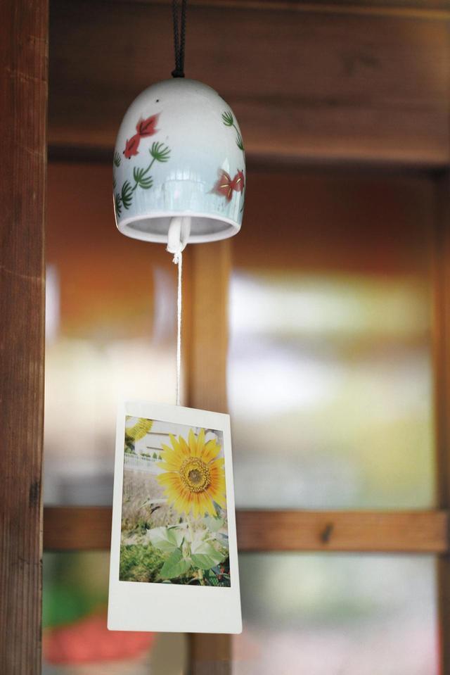 画像: フィルムがそのままプリントになるというインスタント写真独特の存在感と風合いは、壁に貼るだけでも味のあるディスプレイになる。ガラス瓶の中に入れて飾ったり、左の風鈴のようにクラフトにしてみるのもおもしろい。