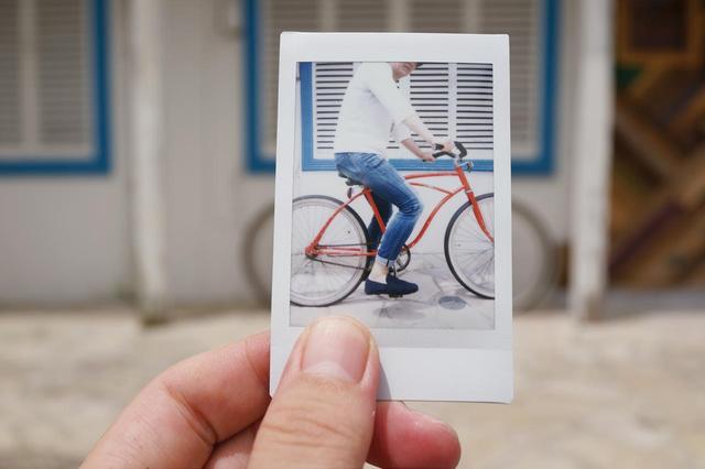 """画像: 実際に風景の中にチェキで撮った写真を置いて撮影した写真を、「インスタグラム」などのSNSにアップする""""フォトインフォト""""も、流行中だ。"""