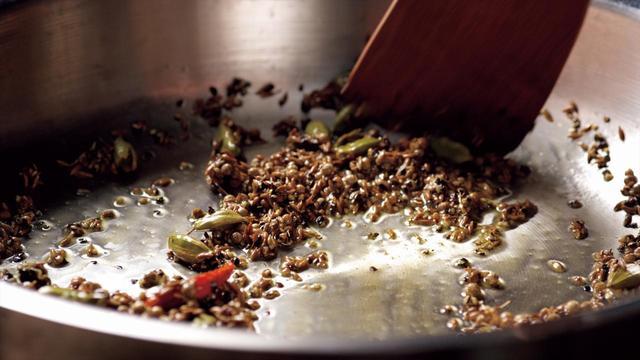 画像: 独自の技術によってホールスパイスを焙煎。スパイス本来の華やかな香りを抽出する。