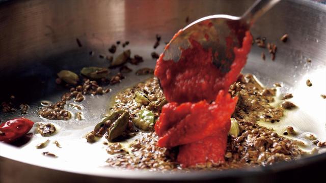 画像: 焙煎したスパイスに、チャツネやトマトなどの、風味豊かな素材を加える。