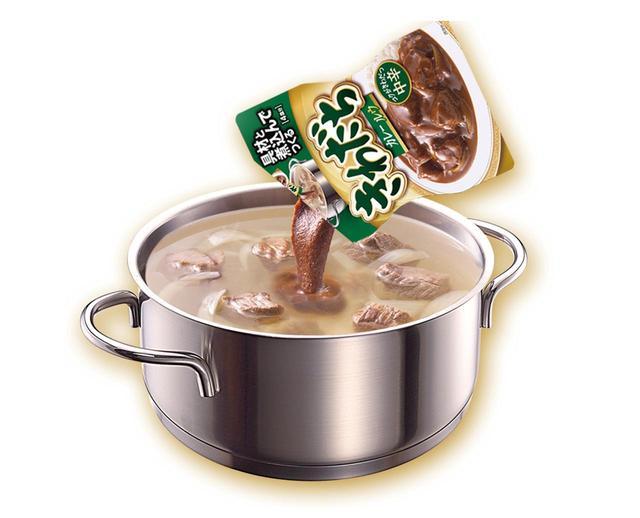 画像: ペーストなので溶けやすく、具材を煮込んだ鍋に入れたとたんにおいしそうな香りが一気に広がる。