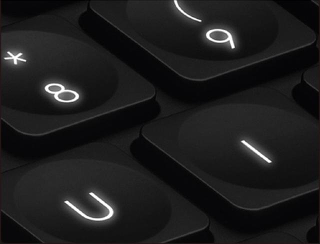 画像: ギミックとして手を近けるくと自動的に点灯するバックライトが用意されている。輝度は自動的に調整される。