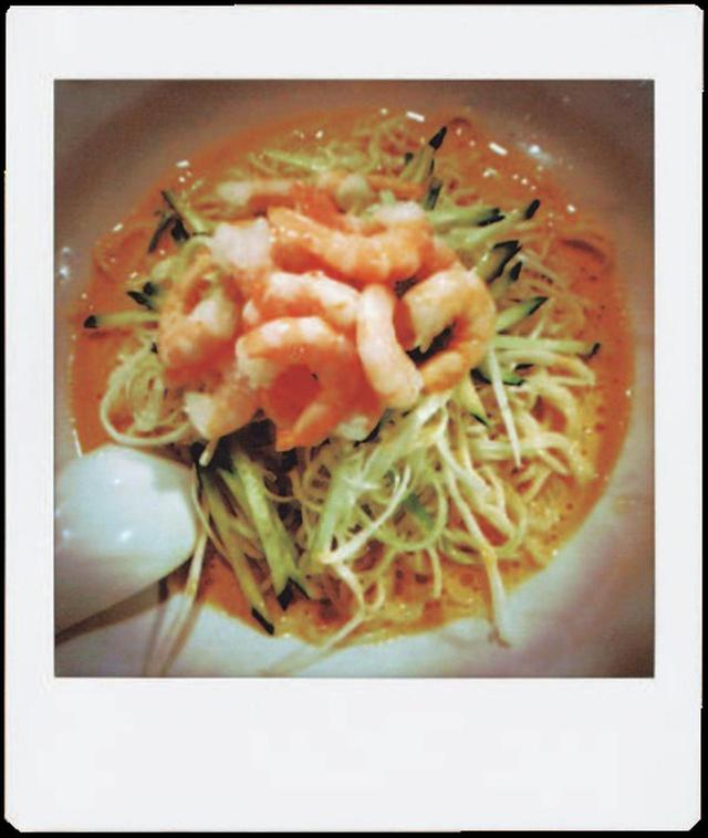画像: SNSの定番、食事の写真。皿を目一杯入れることで余計な情報を入れず、食べ物だけに集中できる。これだけで、それなりの写真に。