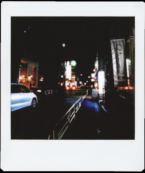 画像: 何の変哲もない夜の街角。正方形に切り出してみるとCDジャケットの趣が。フィルターやエフェクトをかければさらに効果アップ。