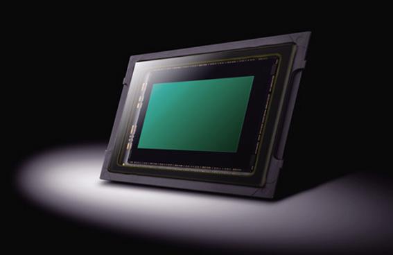 画像: 新設計の1028万画素LiveMOSセンサー。画素数を少なくすることで、画素当たりの受光能力を高めた。