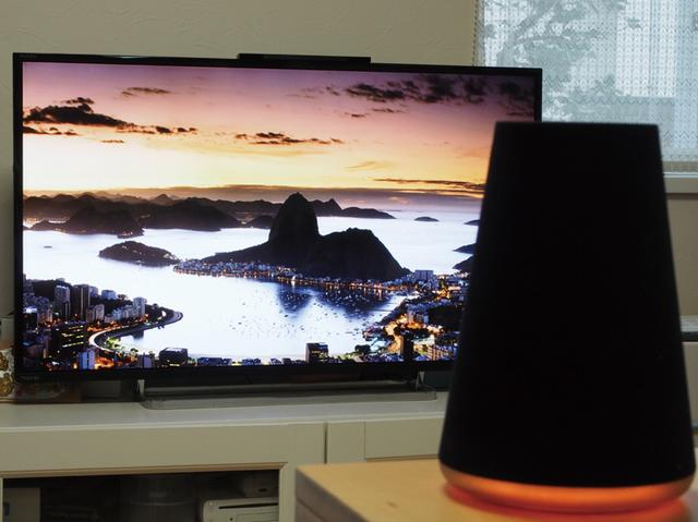 画像: Clova WAVEは、本体内にスマート家電コントローラーを内蔵。テレビと照明器具限定だが、音声操作が可能だ。