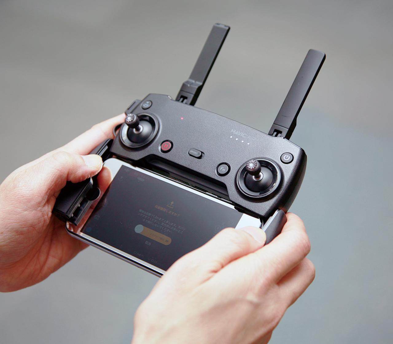 画像: 送信機は、「DJI GO 4」アプリをインストールしたスマホと組み合わせて使う。