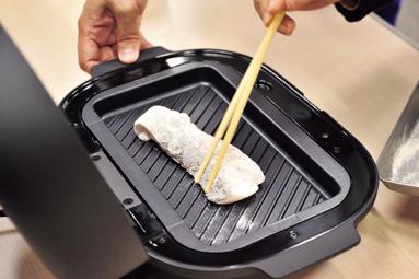 画像: 下味をつけた魚を乗せて、ふたをして15分焼くだけ。煙も出ない。