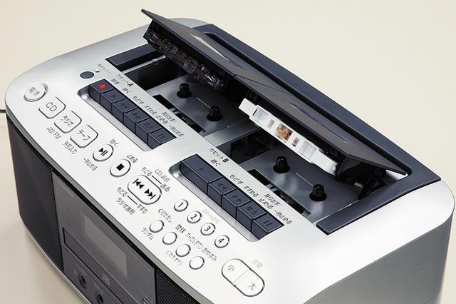 画像: カセットデッキは2連装。メカニカル式のボタンも大きめで使い勝手は良好。録音は左側のみ。