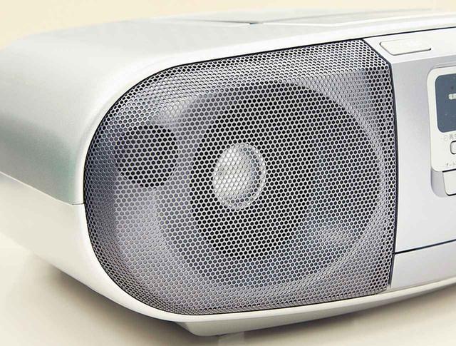 画像: バスレフポートを備えた大きめのスピーカーを備えており、低音感も十分にあるなど、音の満足度は比較的高い。