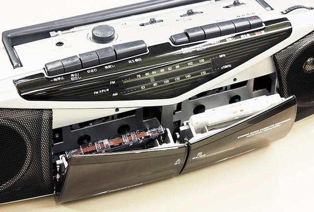 画像: 2連装のカセットデッキはソフトイジェクト機構で静粛性に優れる。録音レベルは自動調整式だ。