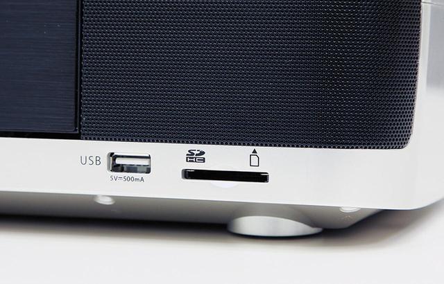 画像: 本体の前面にSDカードスロットと、USB端子を装備。録音はMP3に変換して行われる。