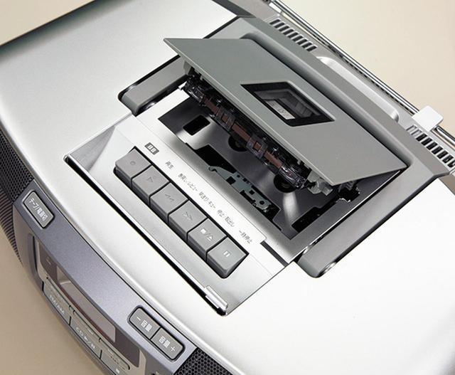 画像: 上部にあるカセットデッキ。メカニカルなボタン操作で、頭出し選局などの機能は備えていなかった。