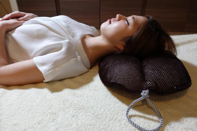 画像: 外側はたわし生地、中材には中空透過エア素材を採用。たわし特有の無数の点が、睡眠に最適な体圧分散を実現する。