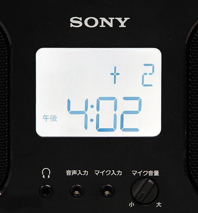 画像: 大型のディスプレイはバックライト付き。時計表示も含めて文字が大きく、視認性も良好だ。