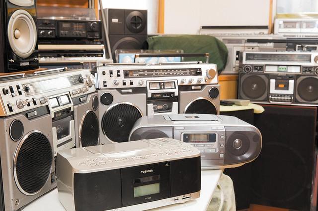 画像: 手前にあるのが、東芝のTY-CDX9とパナソニックのRX-D47。奥にあるのがビンテージラジカセのアイワ・CS-80(1979年発売)。