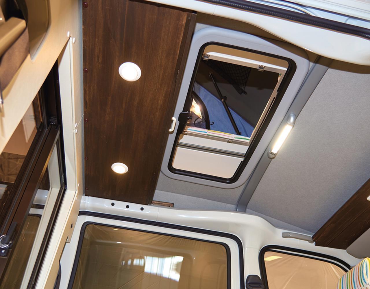 画像: サンルーフで車内とテントを一体化。雨や虫などが入らないようにすき間も埋める。