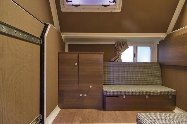 画像: ニューモデル「かるキャン コンビ」のキャビン内部。従来モデルよりもギャレー(キッチン)をコンパクトにして、そのぶん居住空間を広く取ってある。