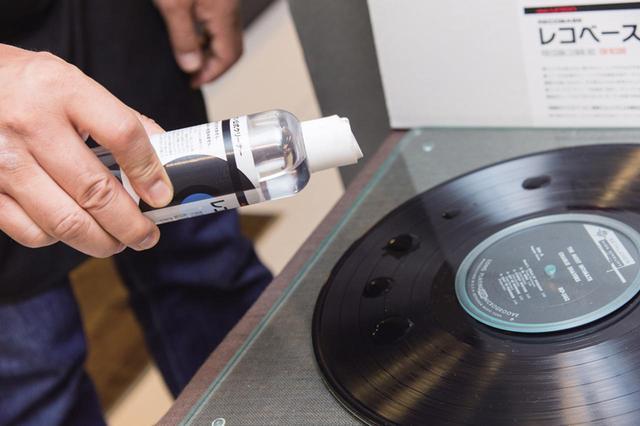 画像: 3 クリーナー液をレコードに垂らす