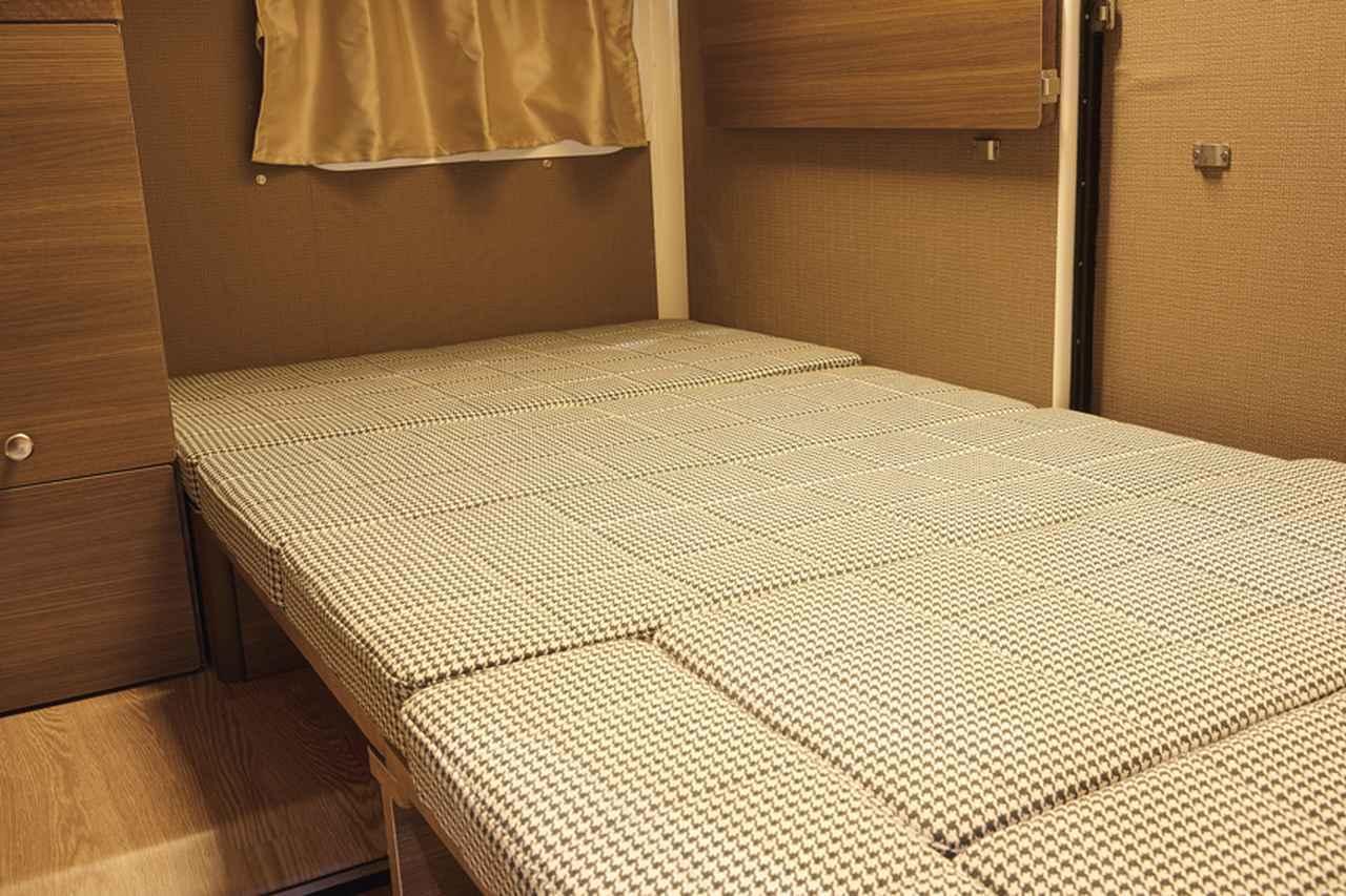 画像: リビングスペースには対面・対座式のソファーがあり、間に収納式のテーブルが設置されている。このソファーとテーブルは、就寝時は大人がゆったりと横になれるベッドになる。